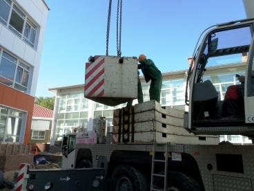 Такелажники помогают разобрать автокран для установки