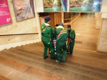 Грузчики-такелажники провели работы в Московском метро