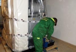 Разгрузка промышленной стиральной машины для химчистки и прачечной