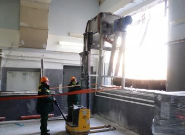 Вытаскивание тяжелого оборудования через окно