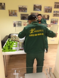 Брига компании Такелажники.ру осуществляет ручной такелаж макета перинатального центра в Доме правительства