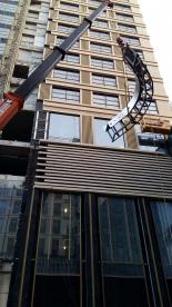 Кран компании Такелажники.ру осуществляет подъем отдельных элементов конструкции сборного бассейна на 12 этаж