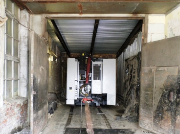 Такелаж станка MORI SEIKI NMV 3000 DCG по узкому коридору с ослабленным полом