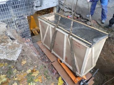 Выгрузить и опустить оборудование химчистки в узкий проем в подвал