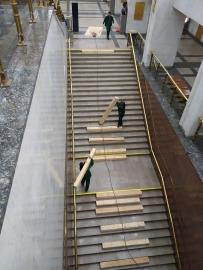 Деревянный брус для сохранности лестницы
